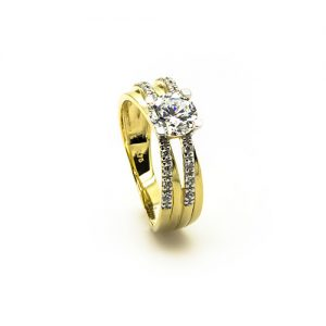A Crossover Zircon Engagement Ring in Gold