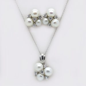 A Stunning Pearl Pendant and Earring Necklace Set