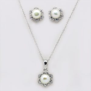 The Flowery Pearl Pendant and Earring Necklace