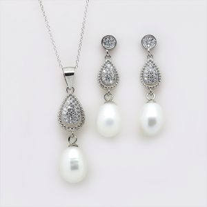 The Majestic Pearl Pendant and Earring Necklace