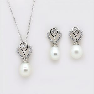 The Retro Pearl Pendant and Earrings Necklace