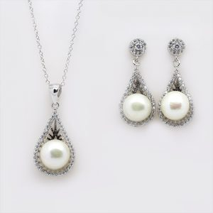 The Grandeur Pearl Pendant and Earring Necklace