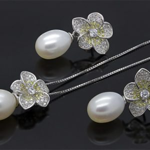 A Flowery Pearl Drop Necklace Set